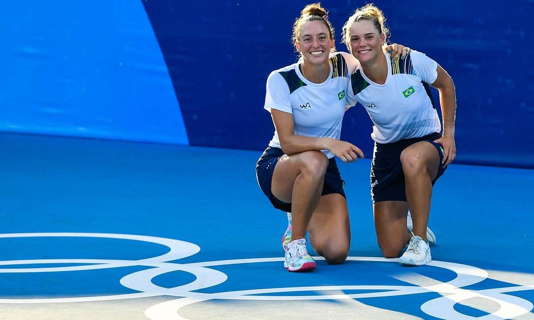 Laura Pigossi e Luisa Stefani conquistaram uma medalha de bronze em Tóquio Foto: VINCENZO PINTO / AFP