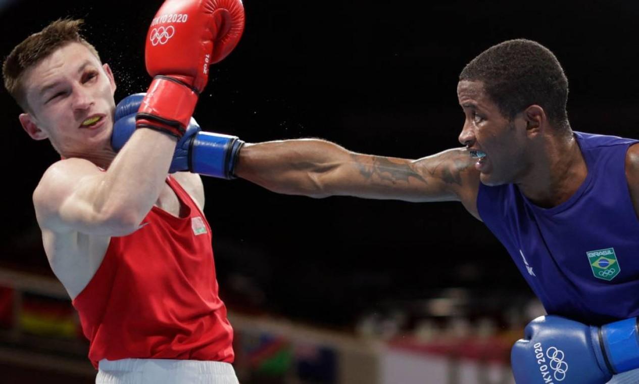 O boxeador Wanderson de Oliveira venceu o bielorusso Dzmitry Asanau por decisão dividida (3 a 2) e avançou às quartas de final da categoria leve Foto: UESLEI MARCELINO / AFP