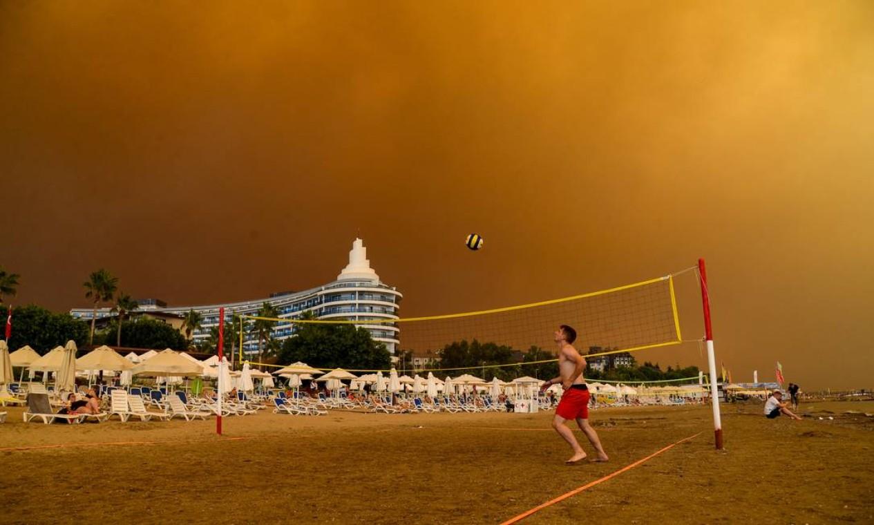 Fumaça negra encobre complexo hoteleiro durante um grande incêndio florestal qna região turística na costa sul da Turquia, perto da cidade de Manavgat Foto: ILYAS AKENGIN / AFP