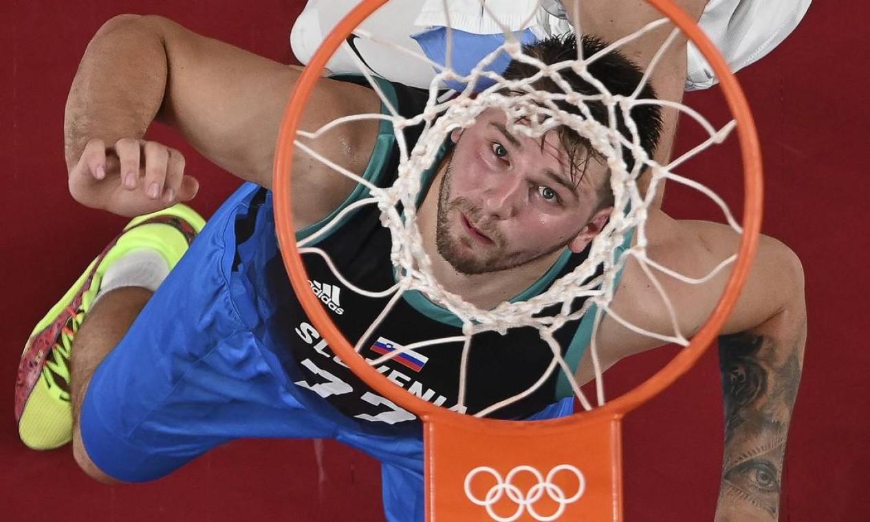 Luka Doncic da Eslovênia, e Patricio Garino, da Argentina, disputam rebote durante a partida de basquete do grupo C da fase preliminar masculina entre Argentina e Eslovênia dos Jogos Olímpicos de Tóquio Foto: ARIS MESSINIS / AFP