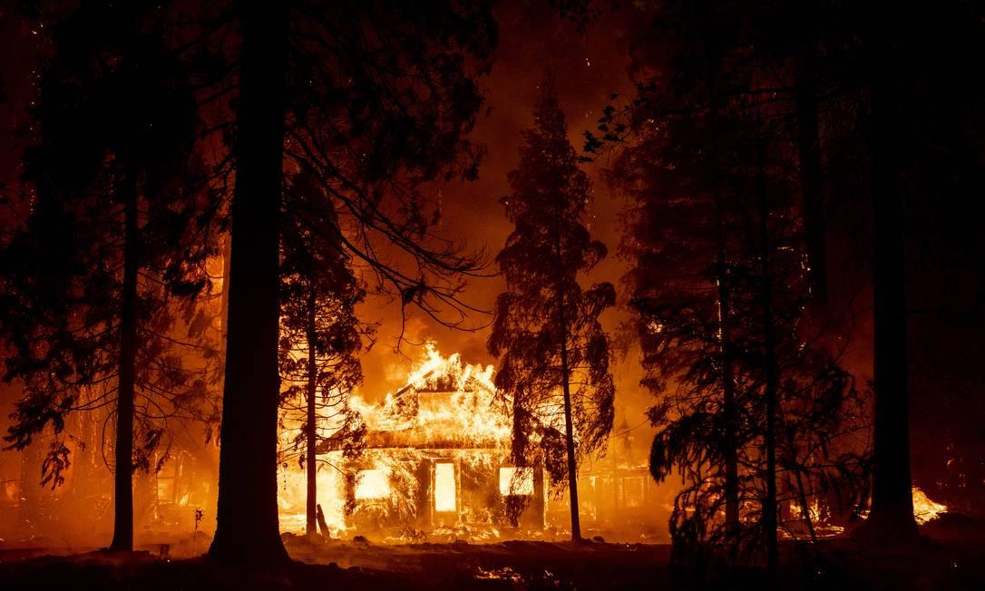 Uma casa queima enquanto as chamas do incêndio Dixie corta o bairro de Indian Falls, na Califórnia, EUA Foto: JOSH EDELSON / AFP