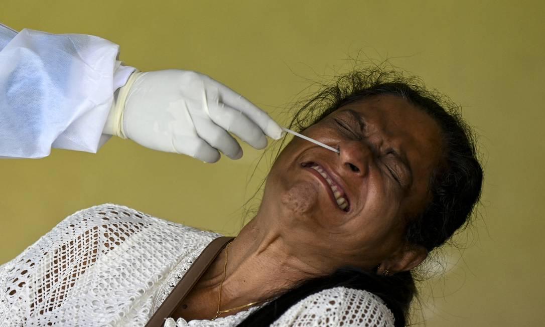 Paciente faz teste de PCR para a Covid-19 em Colombo, Sri Lanka Foto: ISHARA S. KODIKARA / AFP