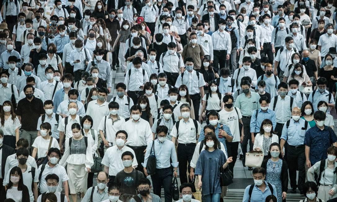 Passageiros usam máscaras em uma estação de trem em Tóquio, um dia depois que a cidade relatou um recorde de 2.848 novos casos diários de Covid-19 Foto: YASUYOSHI CHIBA / AFP
