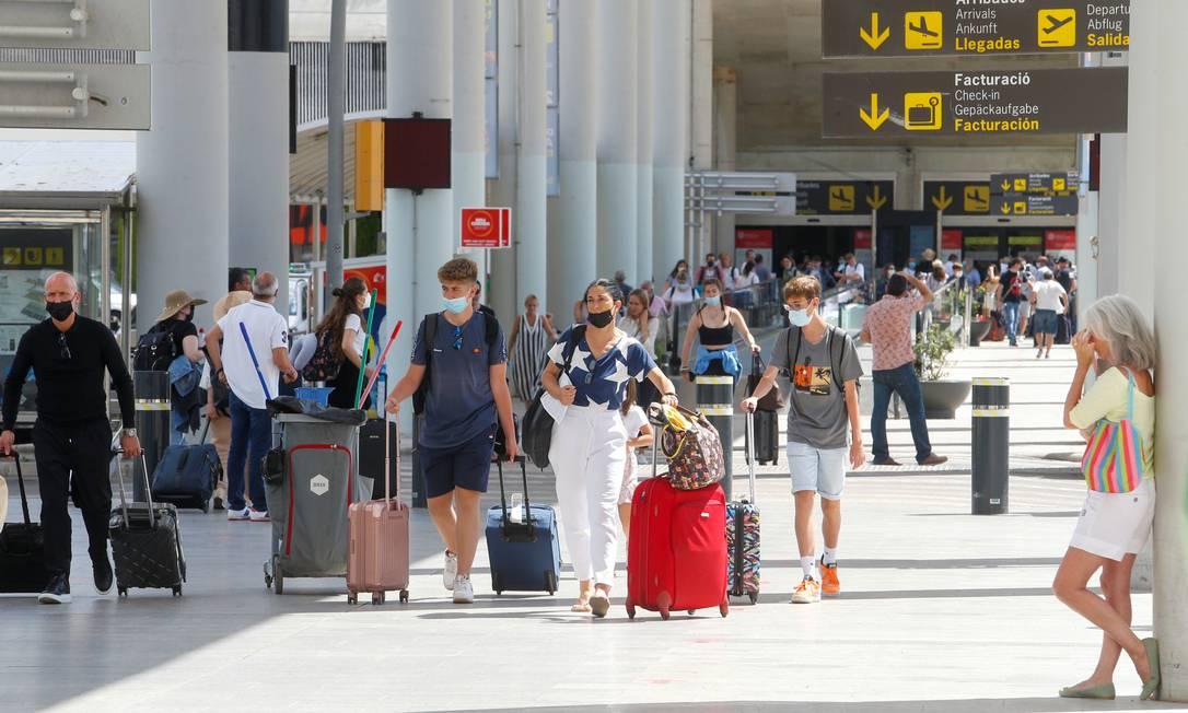 Passageiros caminham em saguão de aeroporto em Palma, na ilha de Mallorca Foto: ENRIQUE CALVO / REUTERS