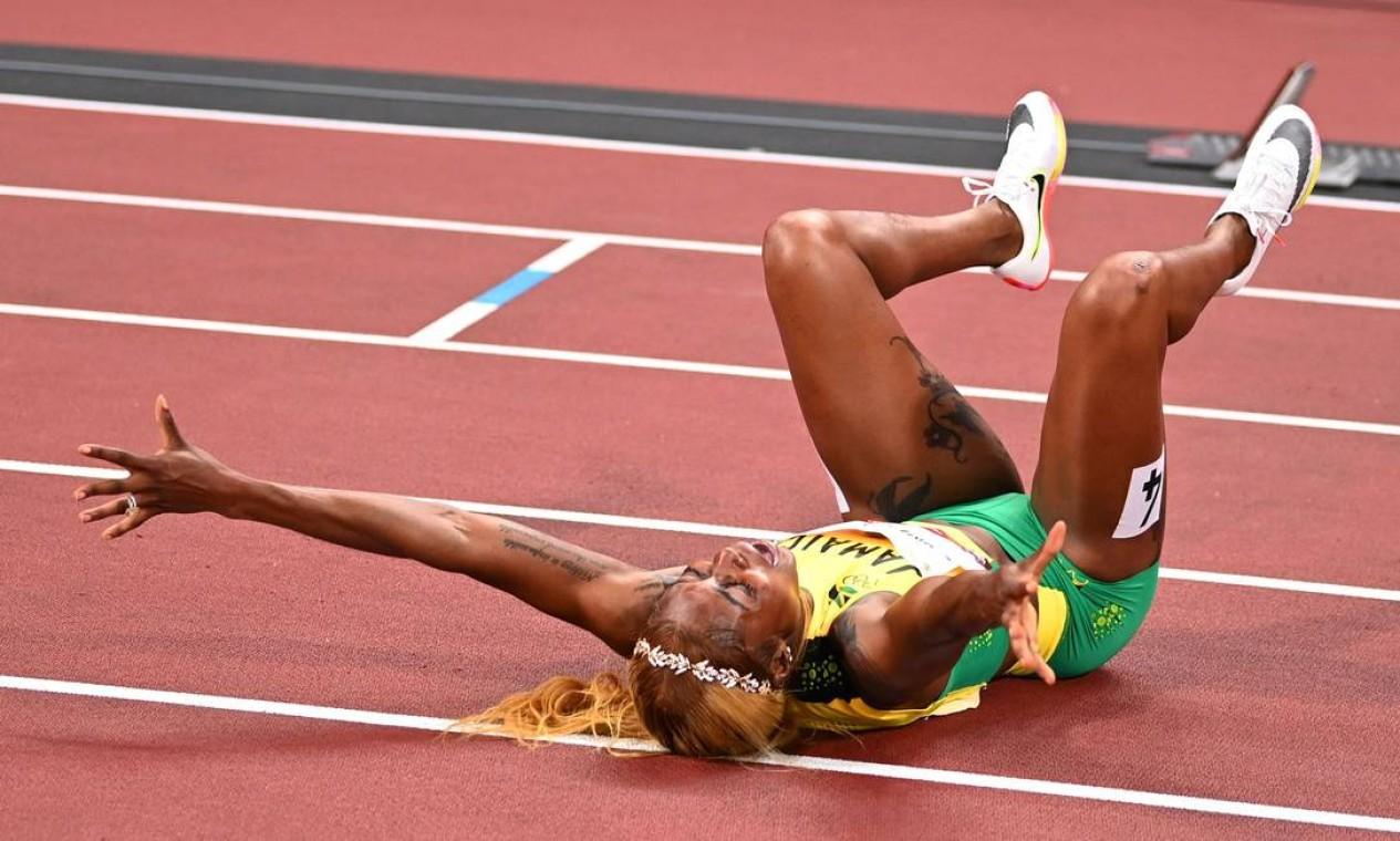 Elaine Thompson-Herah se jogou no chão para celebrar vitória Foto: Reuters