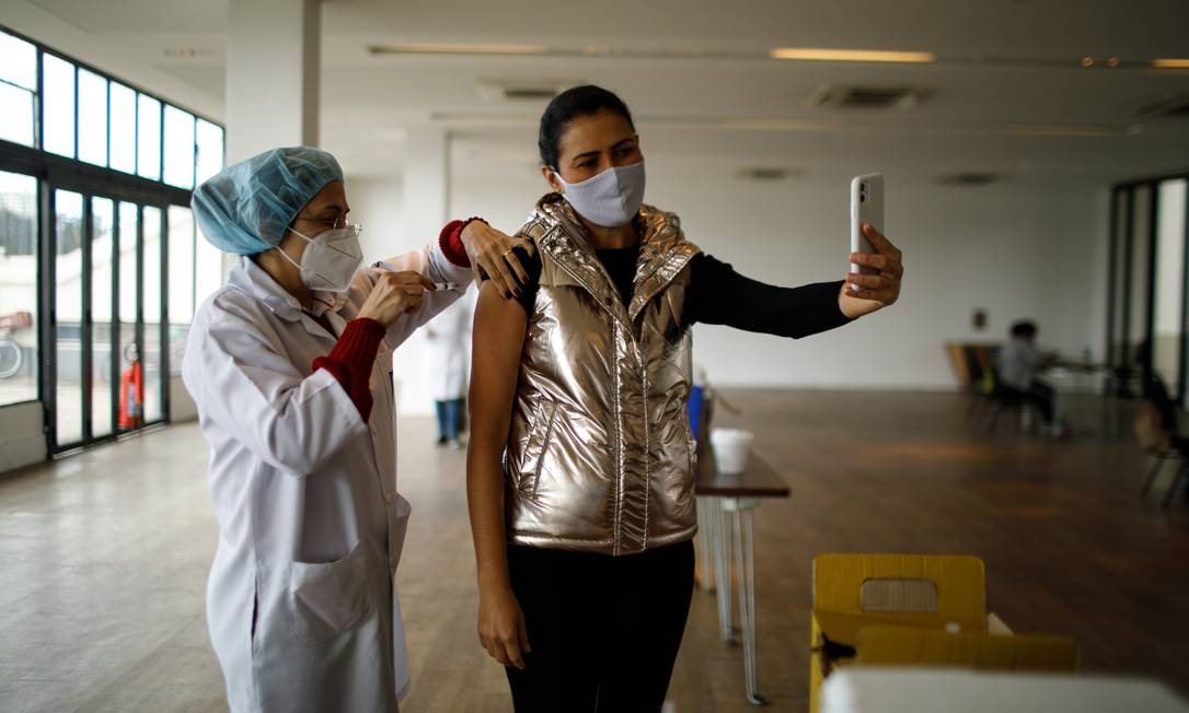 Mulher recebe vacina no Jockey Club do Rio de Janeiro Foto: Brenno Carvalho / Agência O Globo
