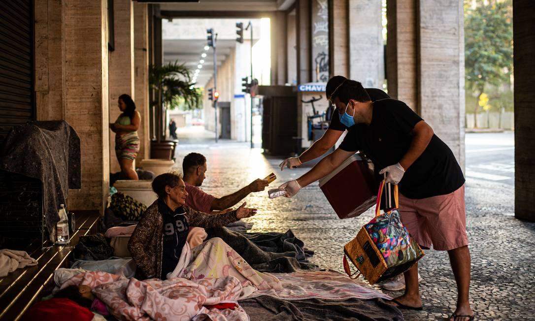 Amigos criaram o projeto Liga Du Bem, que distribui alimento para pessoas em situação de rua Foto: Hermes de Paula / Agência O Globo