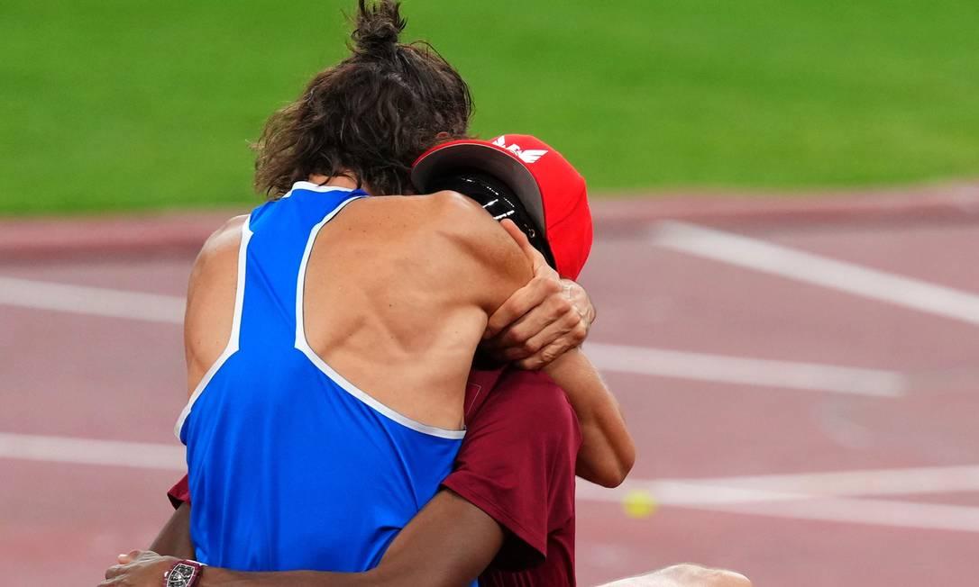Atletas comemoram empate no atletismo em Tóquio Foto: ALEKSANDRA SZMIGIEL / REUTERS