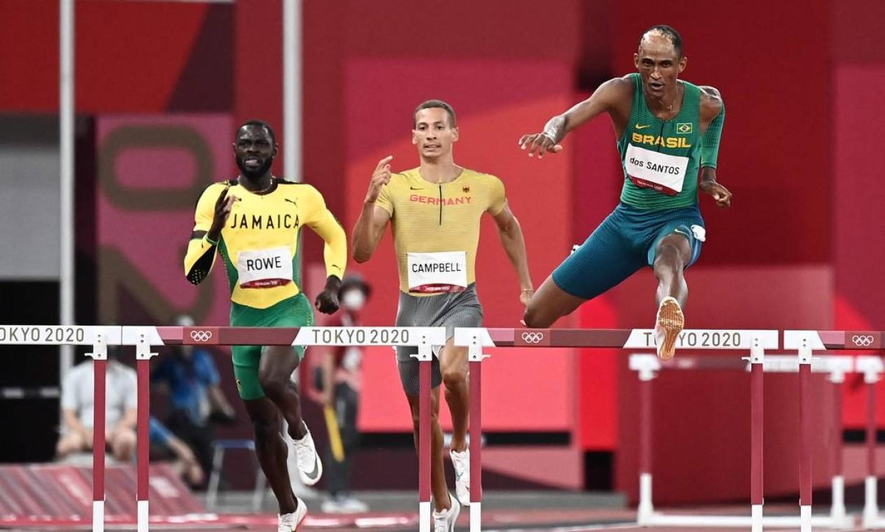 O brasileiro terminou em primeiro na semifinal dos 400m com barreira, e garantiu com sobras a vaga na decisão Foto: JEWEL SAMAD / AFP