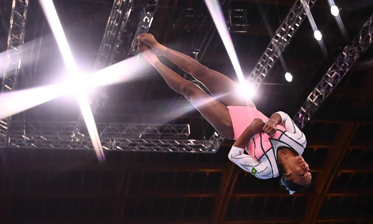 É ouro! Rebeca Andrade conquistou a medalha dourada no salto e se tornou a primeira brasileira a ganhar duas medalhas numa única edição Foto: LOIC VENANCE / AFP