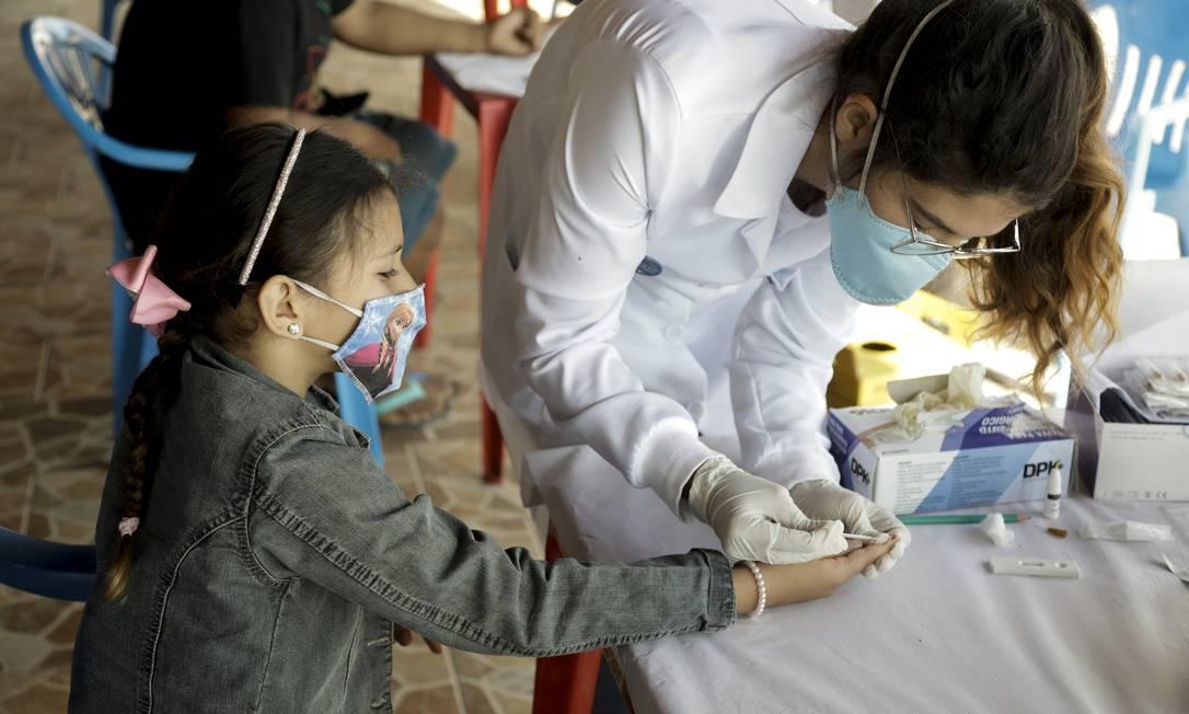 Criança faz exame de sangue para detectar Covid na ilha de Paquetá, no RJ, em foto de junho de 2021 Foto: Gabriel de Paiva / Agência O Globo