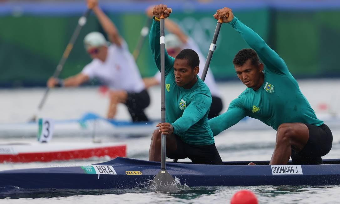 Jacky Godmann e Isaquias Queiroz venceram sua série de quartas de final na prova do C2 1.000m Foto: MAXIM SHEMETOV / REUTERS