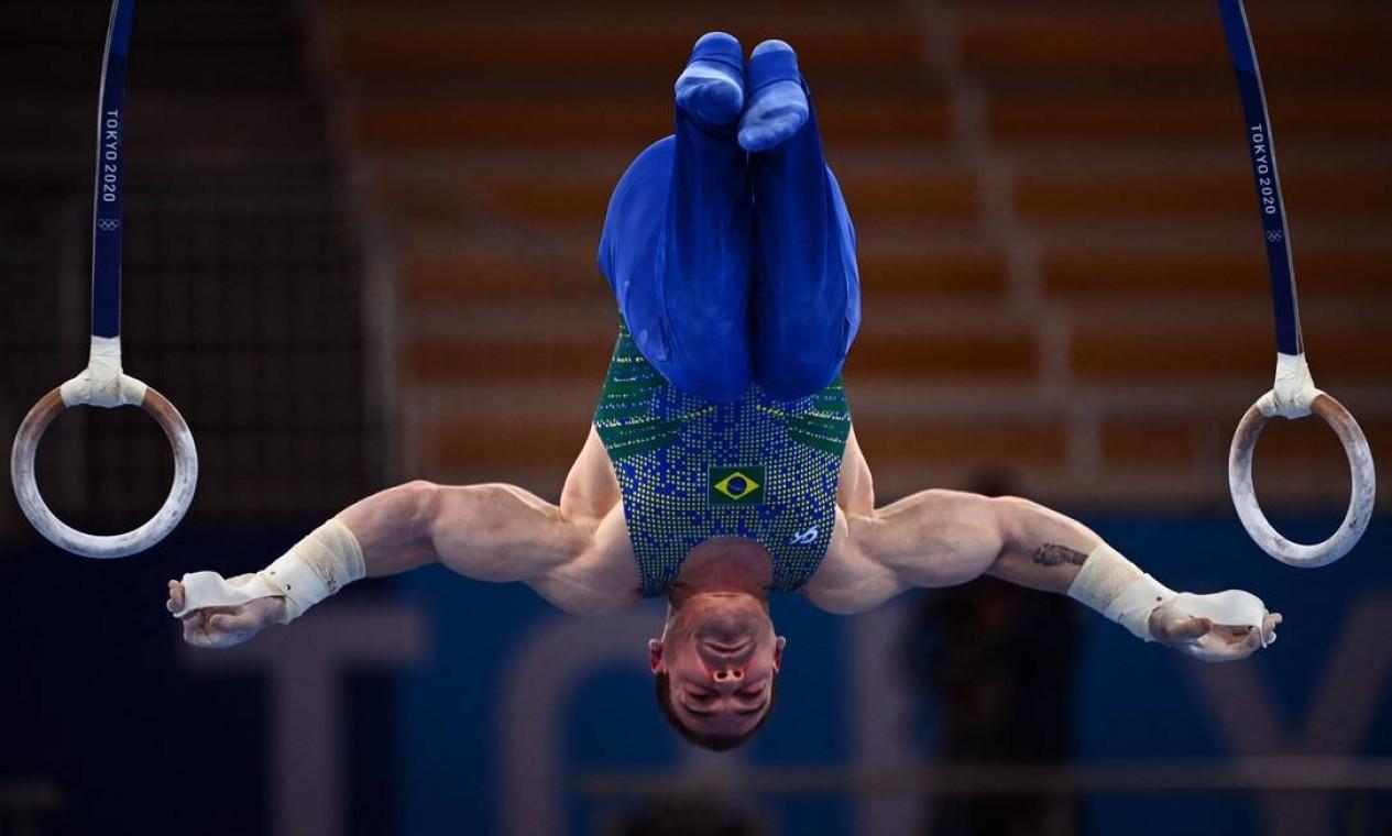 Arthur Zanetti deixou os Jogos de Tóquio sem medalha. O brasileiro fez uma série sólida, mas errou na aterrissagem, ficando com nota de 14.133 Foto: LOIC VENANCE / AFP