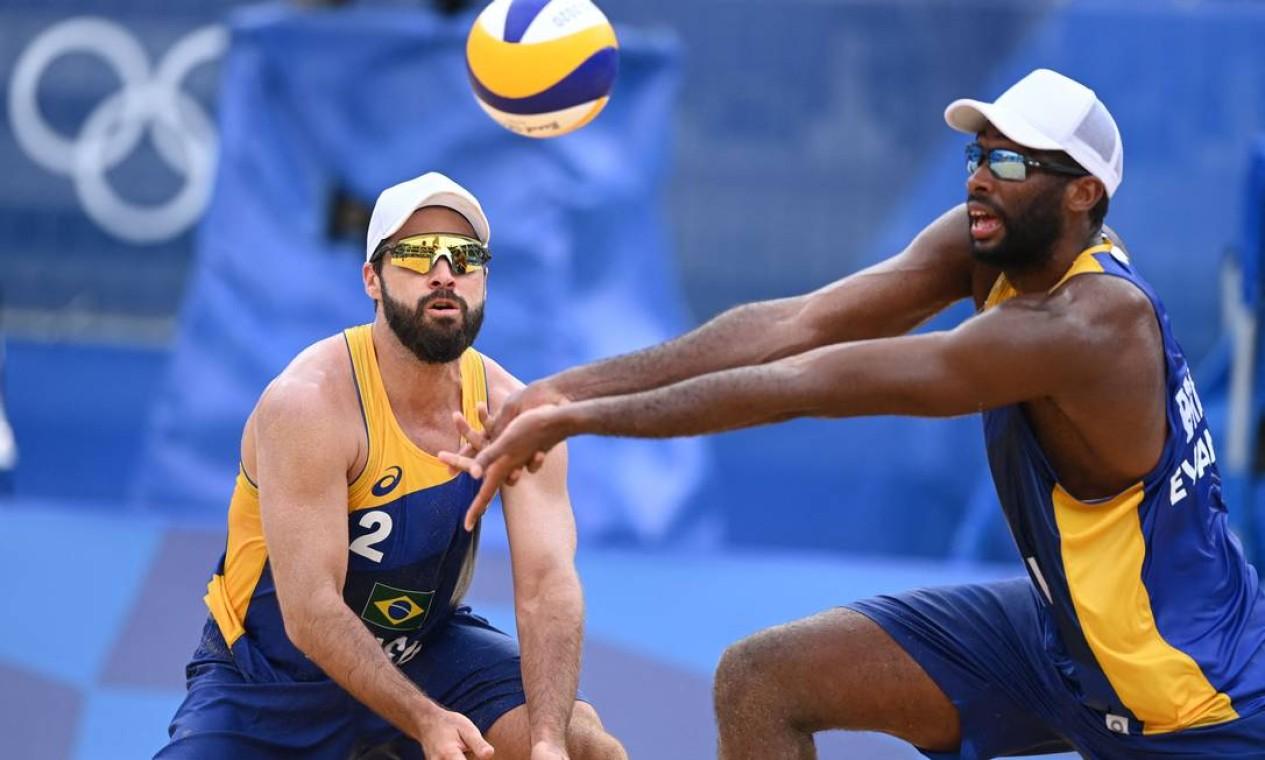 A dupla brasileira Evandro e Bruno do vôlei de praia perdeu para a Letônia por 2 sets a 0. Após essa derrota, eles se despedem dos Jogos de Tóquio Foto: DANIEL LEAL-OLIVAS / AFP