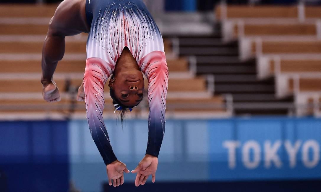 Simone Biles na trave: único final disputada pela ginasta americana em Tóquio, após desistir das outras decisões por questões de saúde mental Foto: LOIC VENANCE / AFP