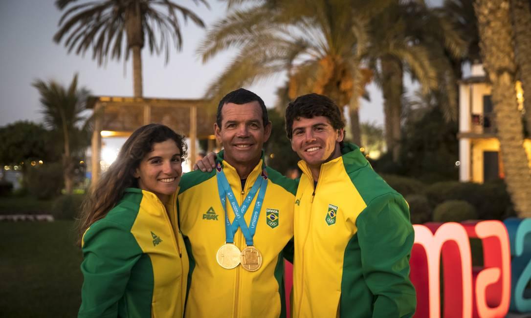 Torben Grael ao lado dos filhos Martine e Marco, todos atletas da vela Foto: Jonne Roriz / COB