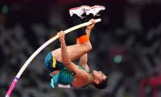 Thiago Braz na disputa da final do salto com vara em Tóquio: brasileiro foi medalhista de ouro no Rio, em 2016 Foto: ALEKSANDRA SZMIGIEL / REUTERS