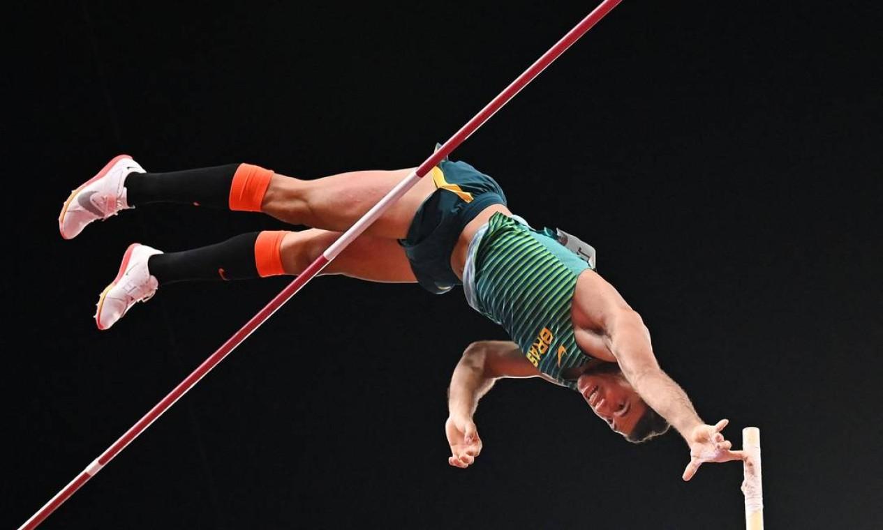 O brasileiro Thiago Braz conquistou a medalha de bronze no salto com vara em Tóquio Foto: BEN STANSALL / AFP