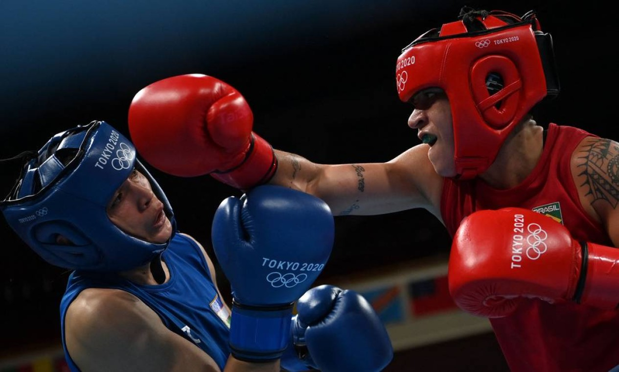 Beatriz Ferreira venceu Raykhona Kodirova, do Uzbequistão, e garantiu terceira medalha do boxe nesta edição Foto: LUIS ROBAYO / AFP