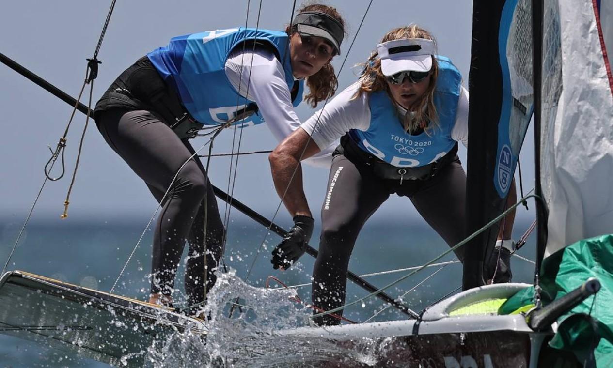 As brasileiras Martine Grael e Kahena Kunze conquistaram o ouro na vela, classe 49erFX, e se tornaram bicampeãs olímpicas Foto: CARLOS BARRIA / Reuters