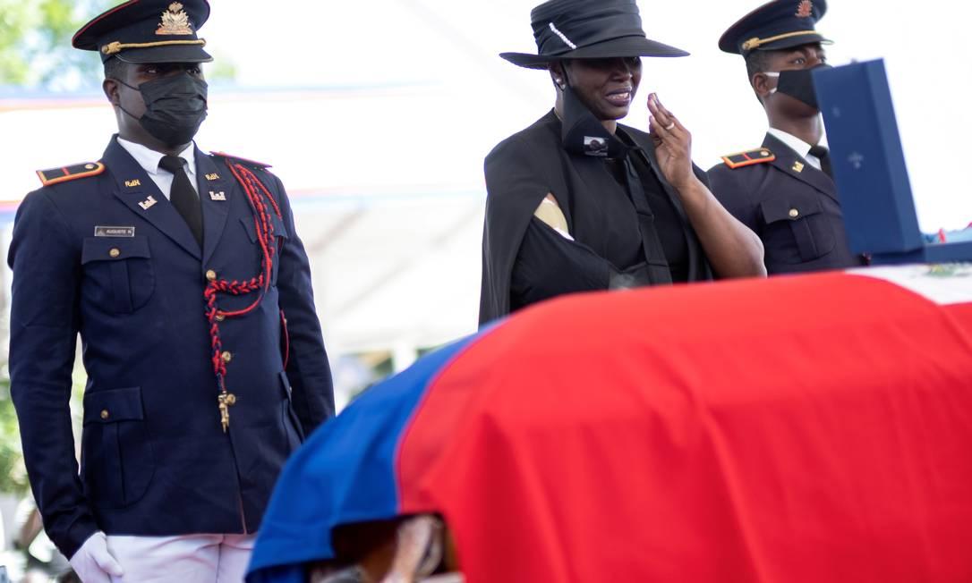 A viúva Martine Moïse chora no funeral do presidente do Haiti Jovenel Moïse, em Cap-Haitien Foto: Ricardo Arduengo / REUTERS