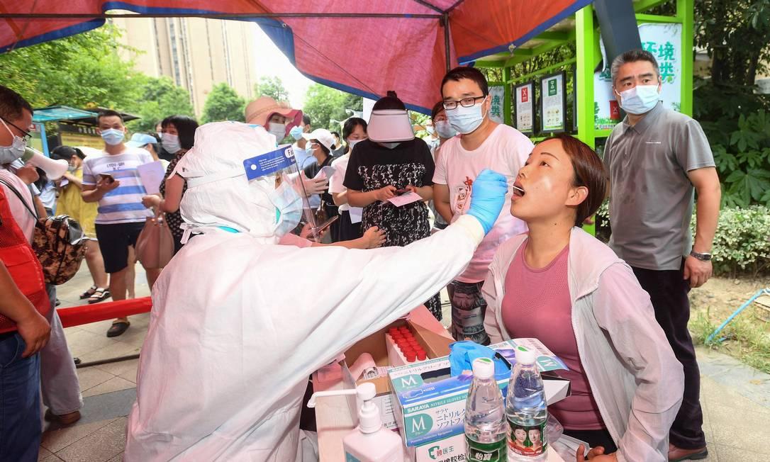 Paciente faz um teste para o novo coronavírus em Wuhan, na província de Hubei, no centro da China Foto: STR / AFP