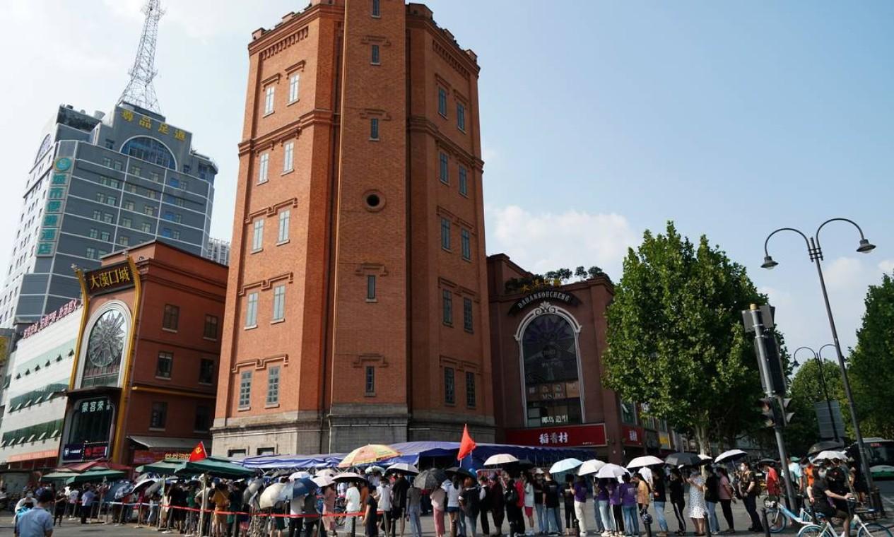 Pessoas fazem fila em frente ao Hankou Water Tower para teste de Covid. Autoridades decidiram testar toda sua população Foto: CHINA DAILY / VIA REUTERS