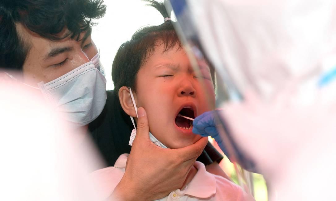 Após a confirmação de sete casos Covid-19 em Wuhan, na China, onde não havia contágios desde junho de 2020, os moradores já demonstram sinais de preocupação com o novo surto da doença Foto: STR / AFP