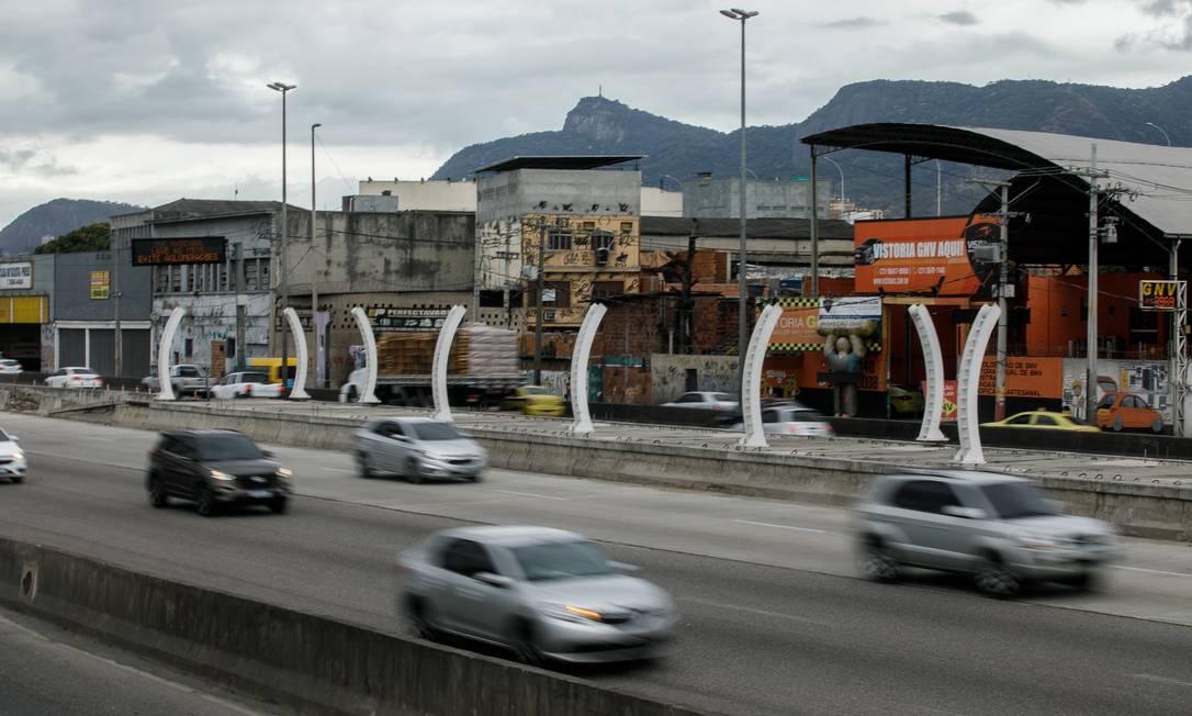 RI - Rio de Janeiro, RJ - 03/08/2021 - Prefeito apresenta proposta do Plano Diretor. A Avenida Brasil, onde as obras do BRT se arrastam há anos: plano prevê uma zona franca urbanística na região Foto: Brenno Carvalho / Agência O Globo