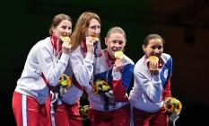 Sem a bandeira do país e sem hino nacional, russas comemoram o ouro na esgrima por equipes, em Tóquio Foto: Fabrice Coffrini / AFP