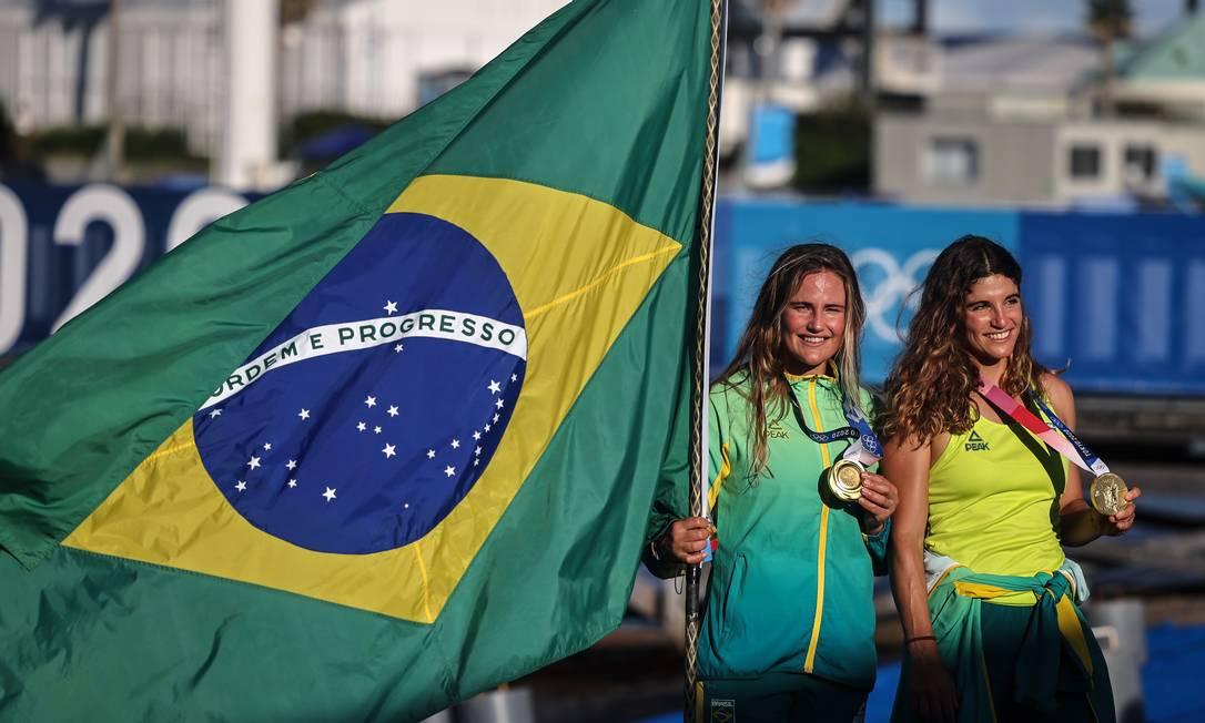 Martine e Kahena comemoram bicampeonato olímpico na vela Foto: Jonne Roriz / COB