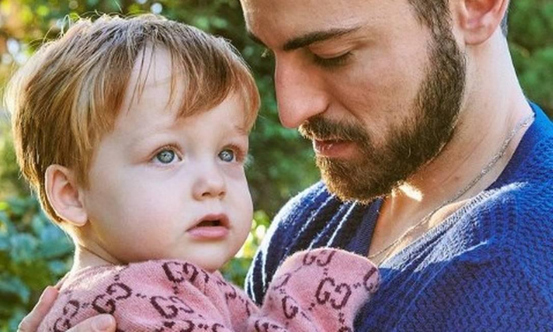 Thales e o filho Romeu, que completou 2 anos e foi parabenizado pelo pai Foto: @fabiobartelt / Instagram / Reprodução
