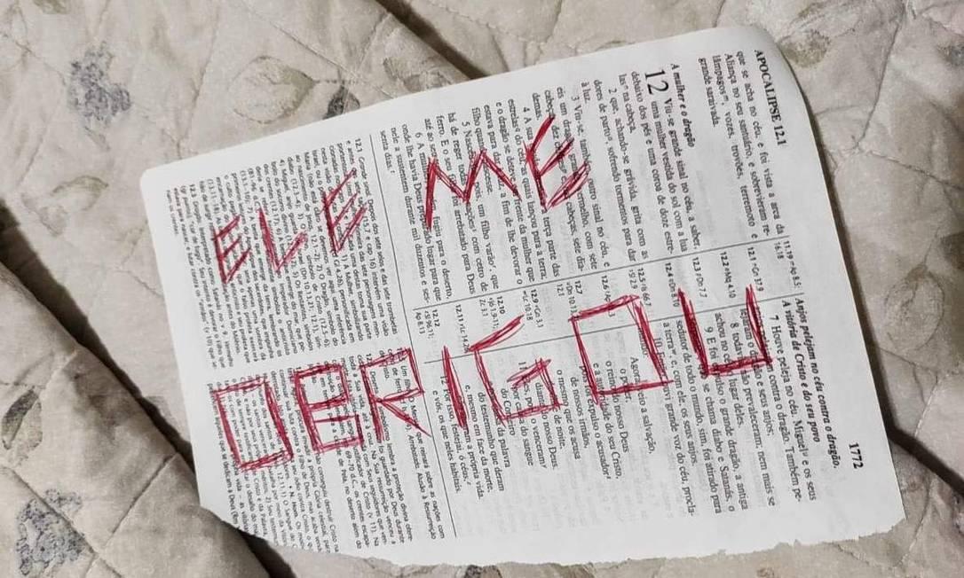 Uma Bíblia com mensagens foi encontrada no local do crime Foto: Reprodução