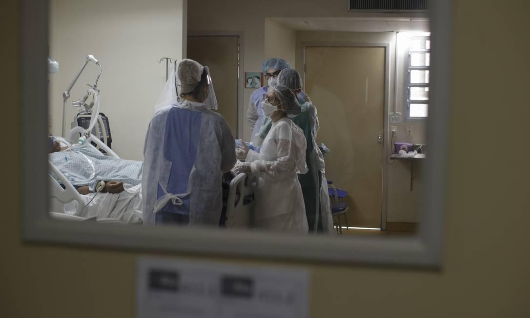 Atendimento de pacientes com Covid-19 no Hospital Municipal Ronaldo Gazolla, referência no Rio de Janeiro para a doença. Foto: Márcia Foletto / Agência O Globo/21-04-2021