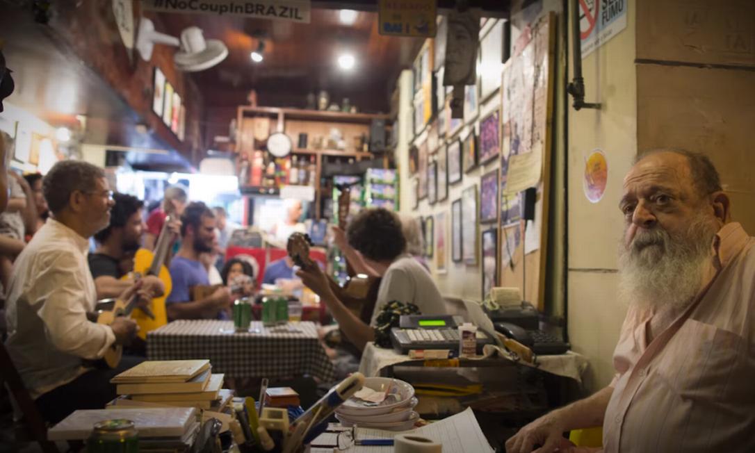 Bip Bip: Alfredinho, alma do negócio, em primeiro plano, e a roda ao fundo Foto: Guito Moreto / Infoglobo