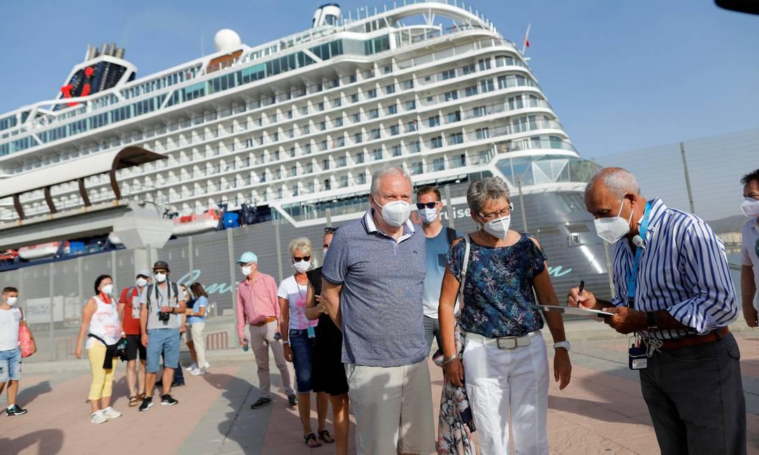 Turistas desembarcam do navio Mein Schiff 2, da armadora TUI Cruises, no porto de Málaga, na Espanha Foto: JON NAZCA / Reuters