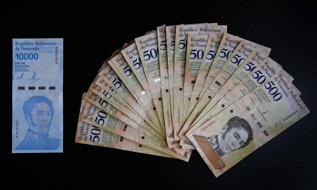 Venezuela irá eliminar seis zeros de sua moeda, o bolívar, a partir de outubro. Novo conjunto de cédulas e moedas passará a entrar em circulação. Foto: FEDERICO PARRA / AFP