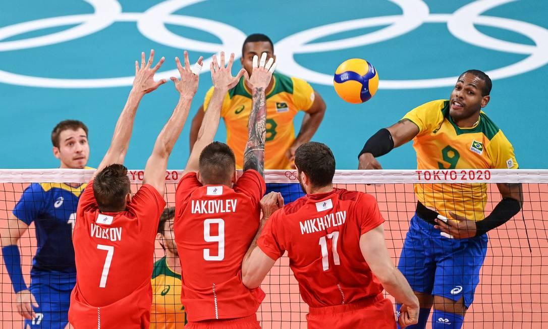 Leal enfrenta o bloqueio russo na derrota por 3 a 1 Foto: YURI CORTEZ / AFP