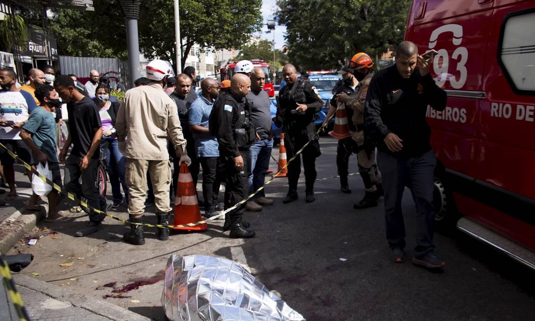 Dois homens foram baleados no Humaitá Foto: Maria Isabel Oliveira / Agência O Globo