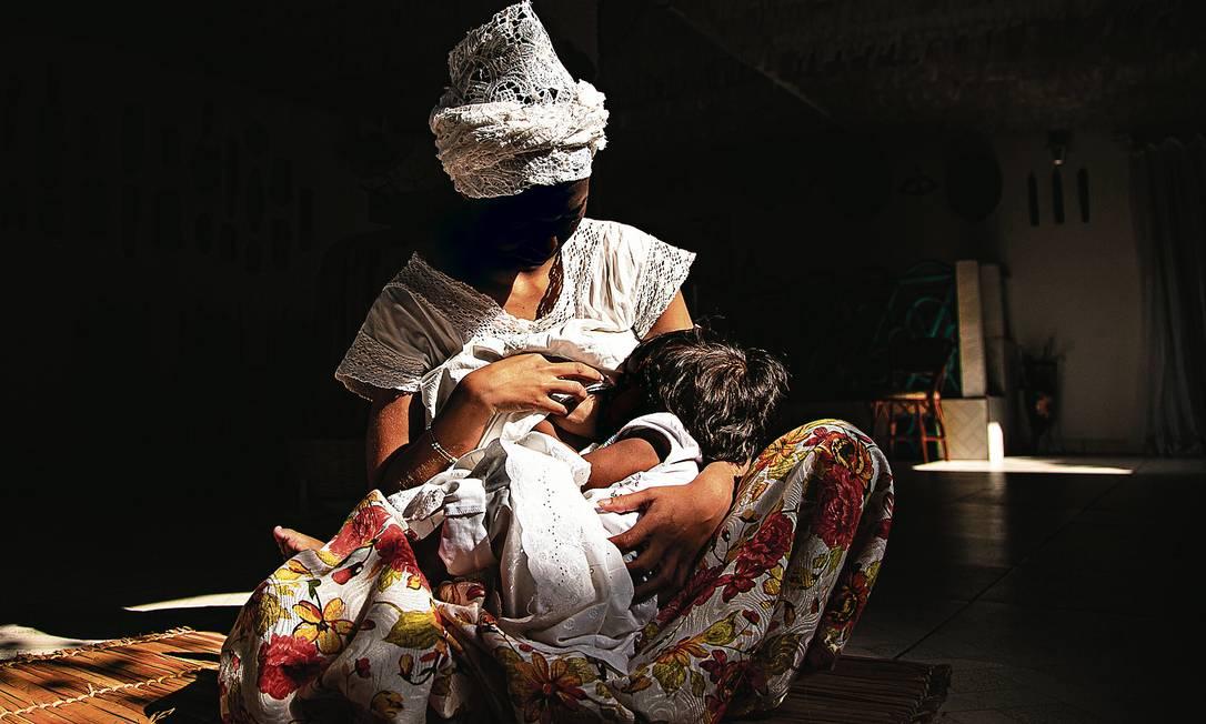 Dona de casa de 22 anos denunciou o pai de sua filha, que a ameaçou após saber que a criança havia sido iniciada no candomblé Foto: Hermes de Paula / Agência O Globo