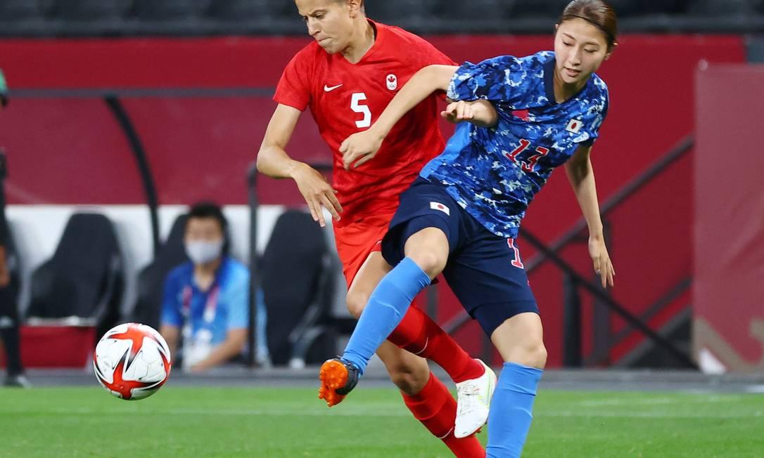 Quinn, do Canadá, e Yuzuho Shiokoshi, do Japão, em jogo da Olimpíada Tóquio 2020 Foto: KIM HONG-JI / REUTERS