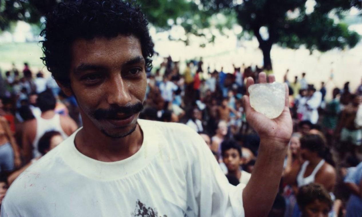 """Com uma pedra branca transparente na mão, Humberto Gonçalves, à época com 28 anos, havia sido demitido dois meses antes e sonhava em voz alta: """"Agora vou poder comprar uma casa na Barra da Tijuca"""" Foto: Marcos Issa / Agência O Globo"""
