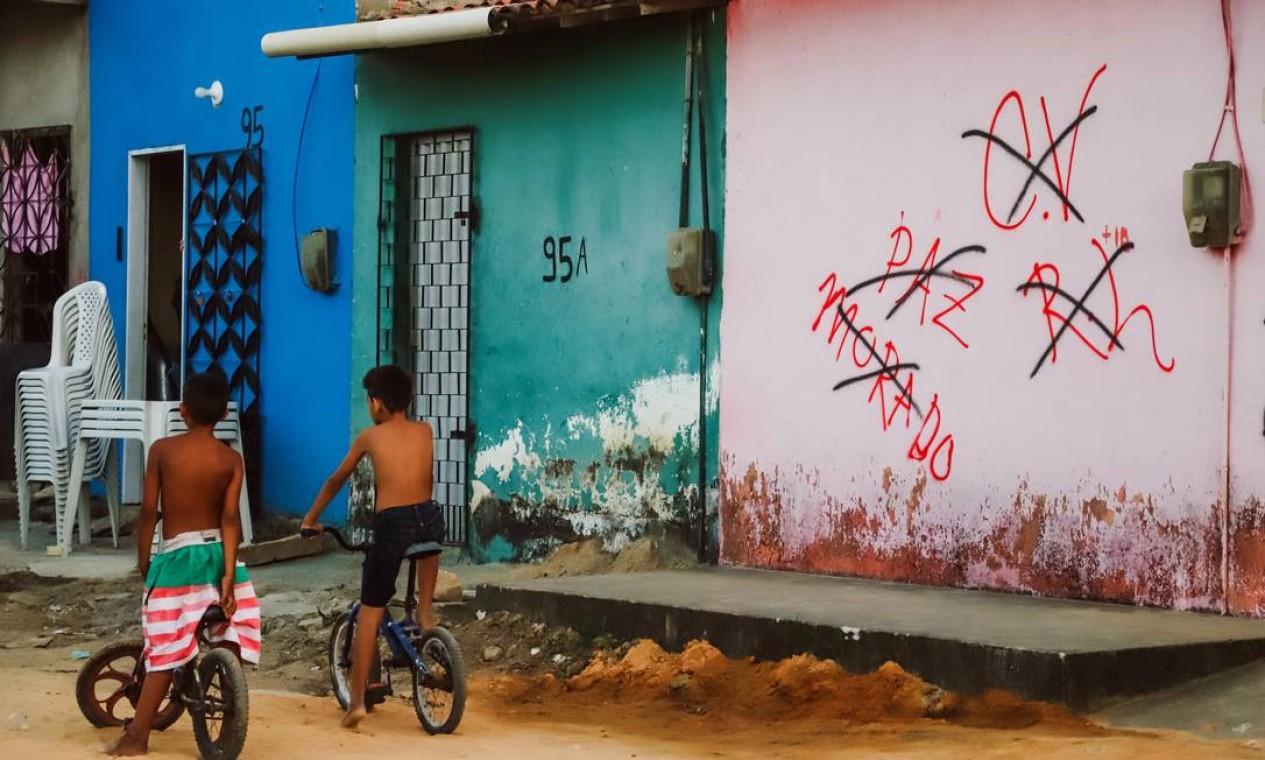 Membro da facção Comando Vermelho deixa recado para moradores do bairro Canindezinho, em Fortaleza Foto: Mateus Dantas