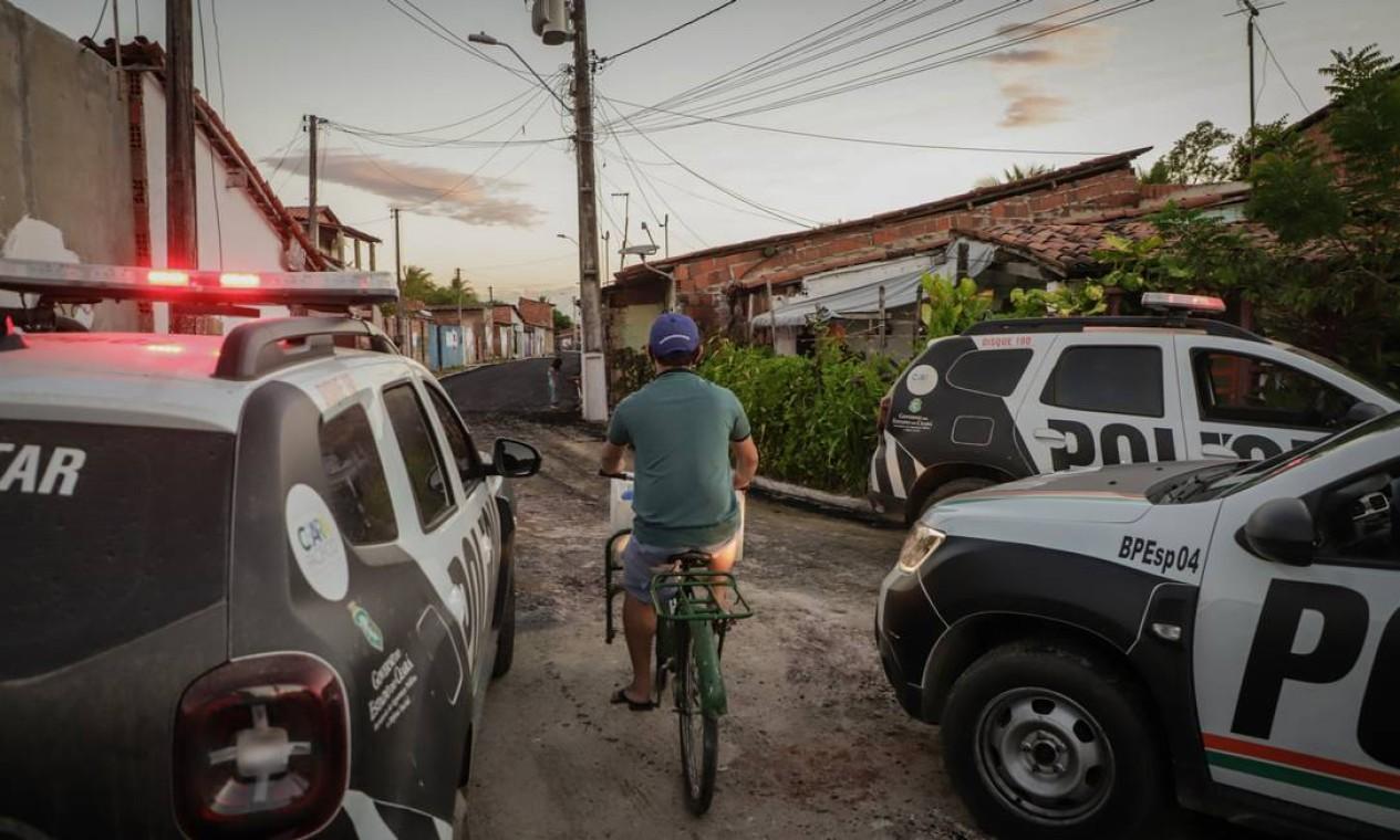 Moradores circulam pela comunidade em meio ao patrulhamento e à disputa do tráfico Foto: Mateus Dantas