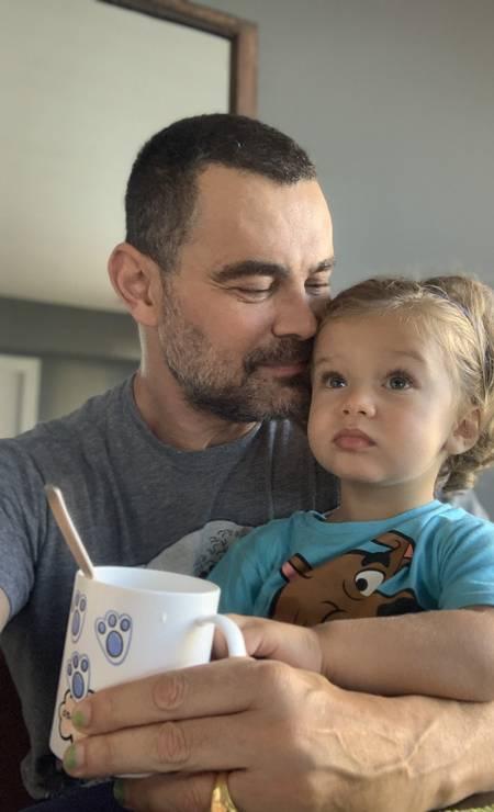 Carmo Dalla Vecchia com o filho, Pedro: 'É um reinício maravilhoso ter uma criança dentro de casa' Foto: Arquivo pessoal