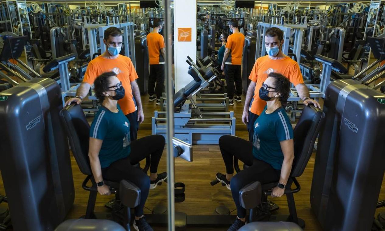 A empresária Carmen Iglesias, de 60 anos, mantém a força com treinos de musculação, e muita disciplina Foto: Leo Martins / Agência O Globo
