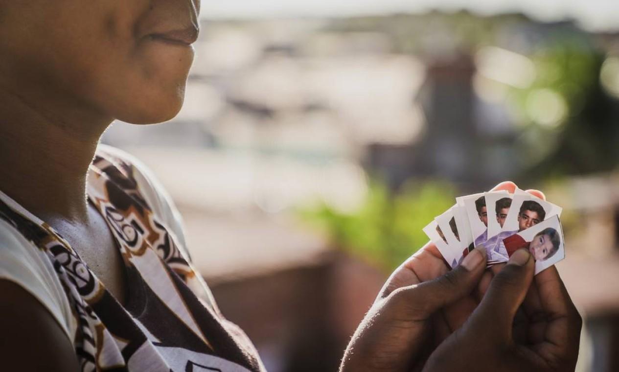 Drama: família de coroinha que teria sido morto a tiros após ser confundido com membro de facção rival no bairro Barra do Ceará, em Fortaleza, ainda não se conforma Foto: Mateus Dantas