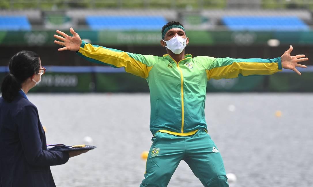 Isaquias Queiroz celebra o primeiro lugar do pódio na Olimpíada de Tóquio Foto: PHILIP FONG / AFP