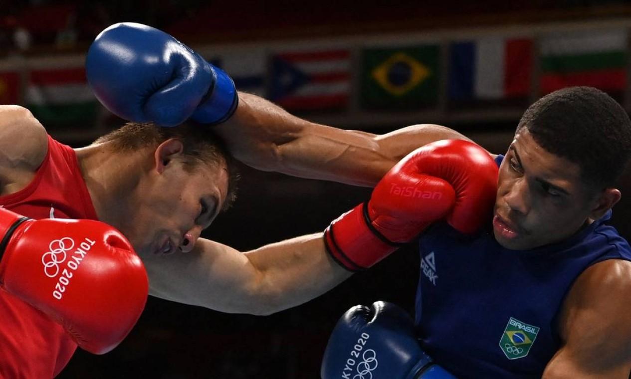 Depois de perder os dois primeiros rounds por unanimidade, Hebert Conceição conseguiu um cruzado de esquerda incrível, nocauteou o ucraniano e conquistou a medalha de ouro olímpica Foto: LUIS ROBAYO / AFP