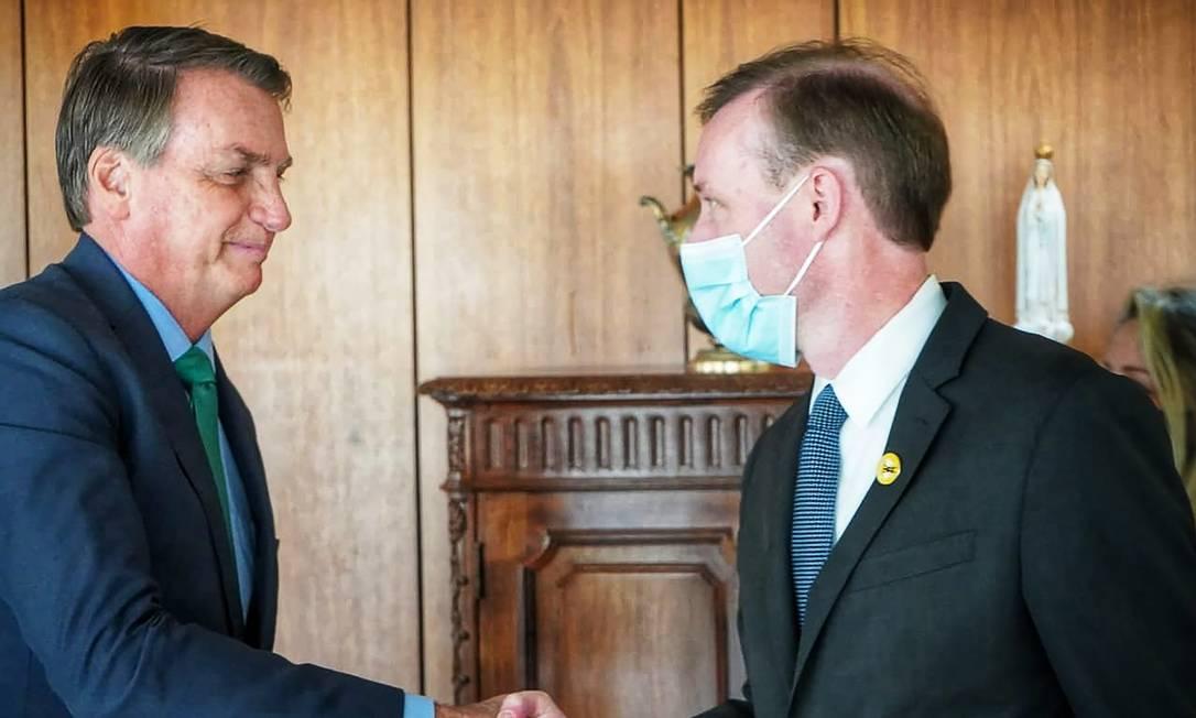 Sem máscara, Bolsonaro recebe Jake Sullivan, conselheiro de Segurança Nacional de Biden, no Planalto, na última quinta Foto: Embaixada dos EUA/5-8-2021